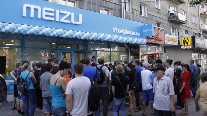 Толпа новосибирцев устроила на улице торги за китайские телефоны