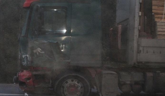 От удара об грузовик иномарка улетела в кювет: на трассе столкнулись две легковушки и фура