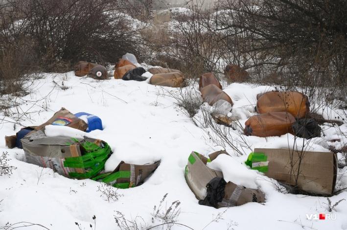 Среди мусора встречаются пластиковые кеги из-под напитков