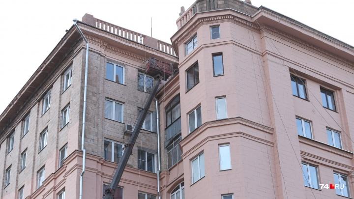 «Это изнасилование здания»: в Челябинске закрасили исторический фасад дома на площади Революции