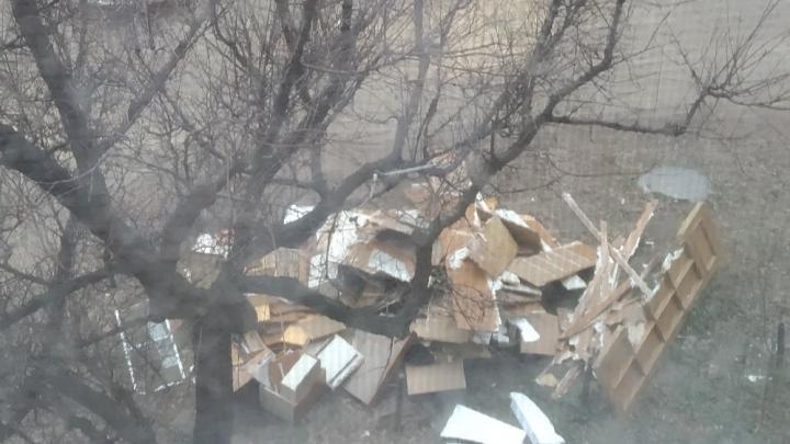 «Строительный мусор выбрасывают в окно»: соседи ужаснулись ремонту в волгоградской четырёхэтажке