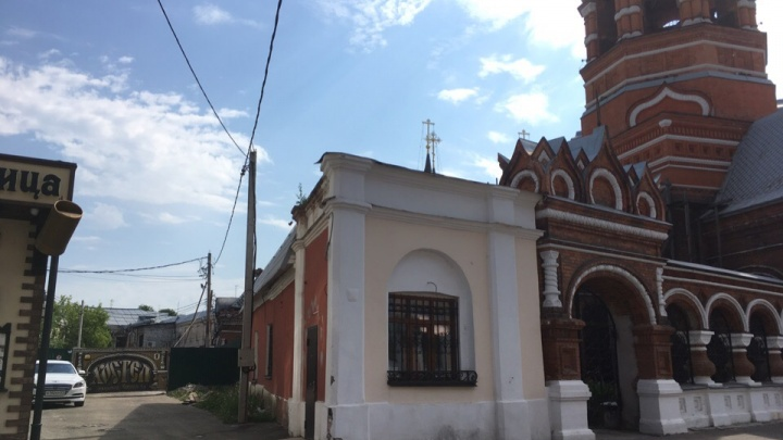 В Депутатском переулке начали пристраивать к храму скандальный кинотеатр, несмотря на запреты ЮНЕСКО