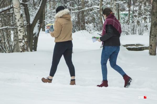 Даже в мороз и снегопад вы встретите на улицах Архангельска закаленных модников, но чем опасна такая закалка?