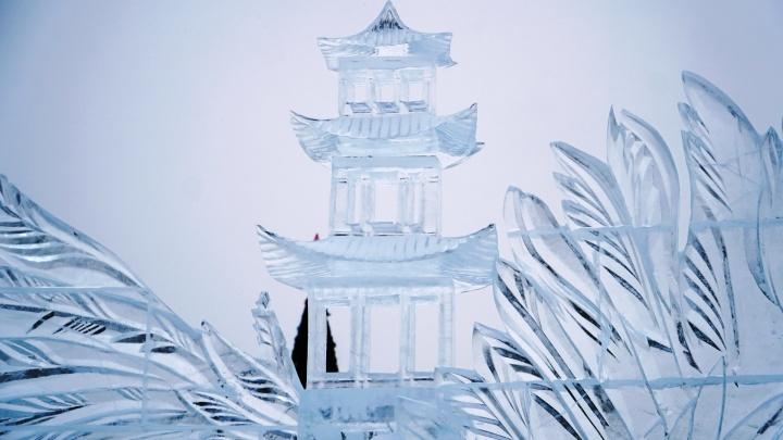 «Японские мотивы»: смотрим, как у Театра-Театра возводят ледовые скульптуры. Фото и видео