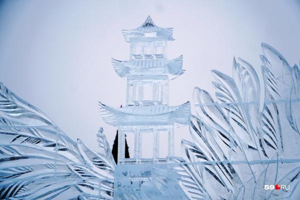 Ледовый городок посвящен культуре Востока, так что скульптуры отлично вписались в пространство