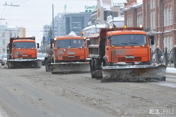 Вереница уборочных машин курсировала по городу целый день
