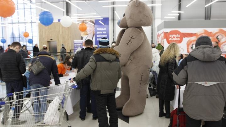 Тысячи новосибирцев сбежались на открытие нового гипермаркета на окраине города
