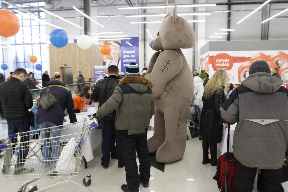 Толпу покупателей оживляли аниматоры в костюмах огромных плюшевых медведей