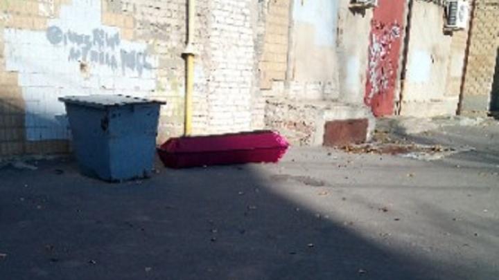В Волгограде напротив детской больницы выбросили гроб
