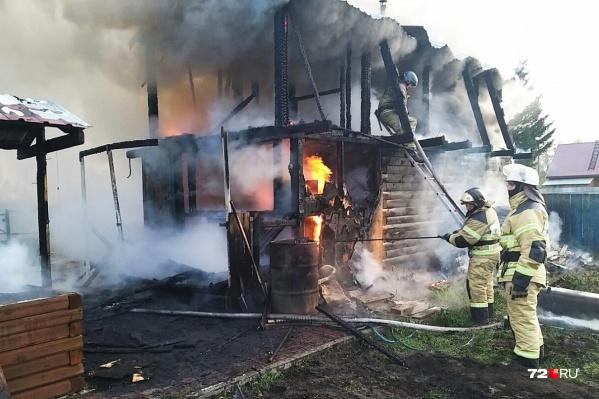 Двухэтажный деревянный дом сгорел дотла, но удалось спасти соседний, на который едва не перекинулось пламя