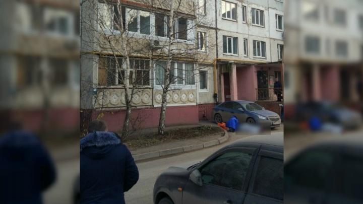 Под окнами уфимской многоэтажки обнаружили труп женщины