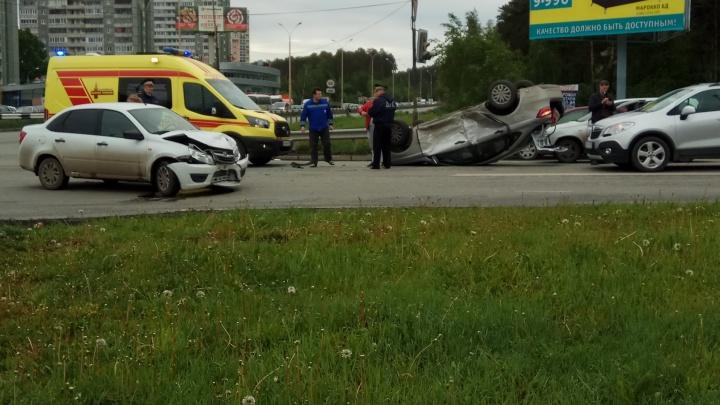 Дорожное видео недели: пробочный ад на ВИЗе, полёт Lada Vesta и народный гаишник на Комсомольской