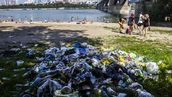 За пляжем «Наутилус» выросла стихийная свалка из бутылок и стаканчиков