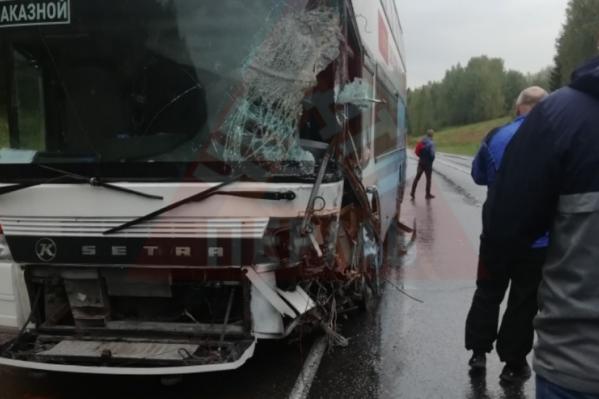 У автобуса разбита часть бокового стекла, его осколки ранили водителя