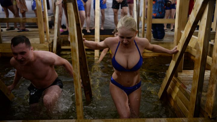 Девушки с экшен-камерами и шокированные дети: 10 лучших фото с крещенских купаний