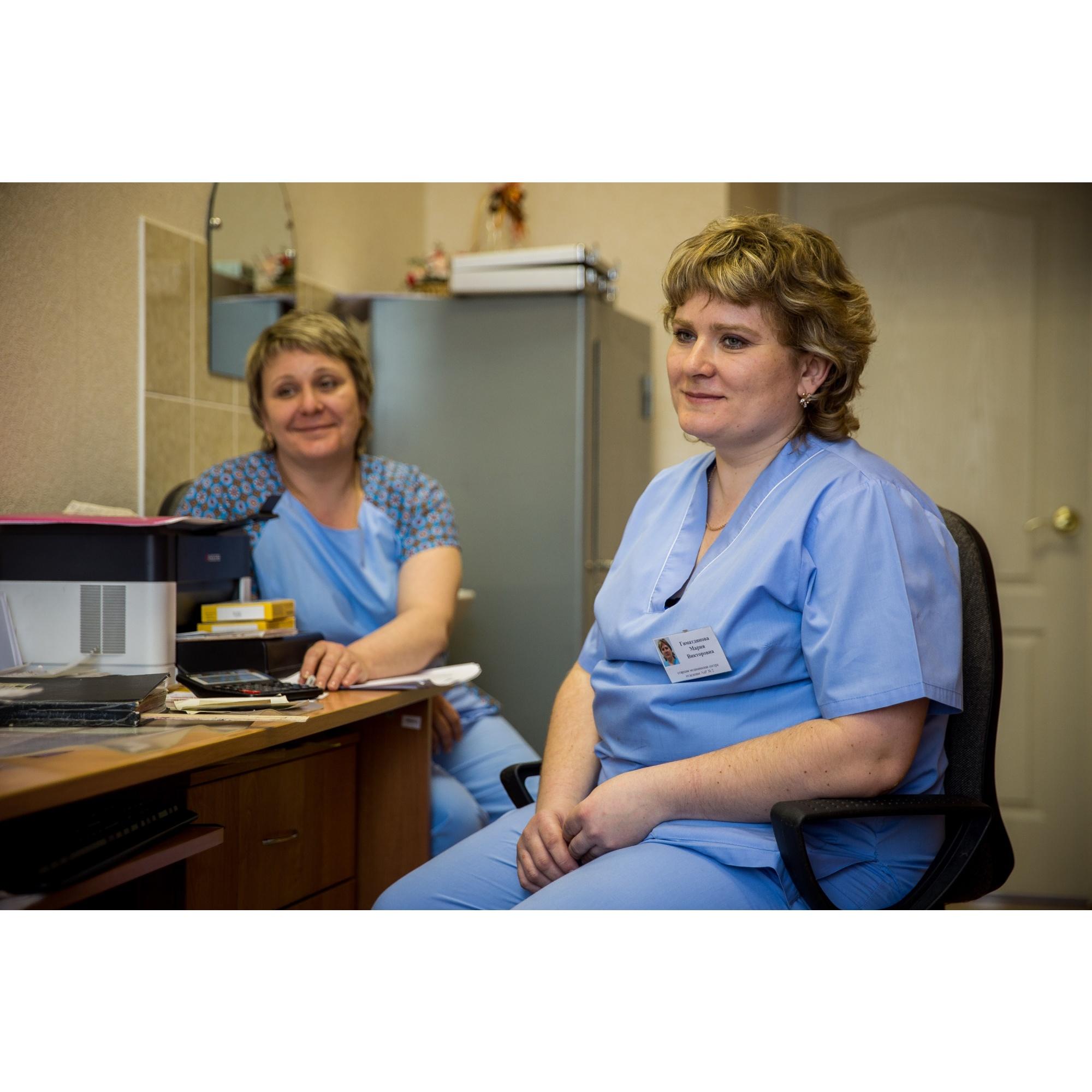 Ольга (слева) пришла работать в больницу в 1990 году, а Мария — вслед за сестрой устроилась сюда в 2000-м