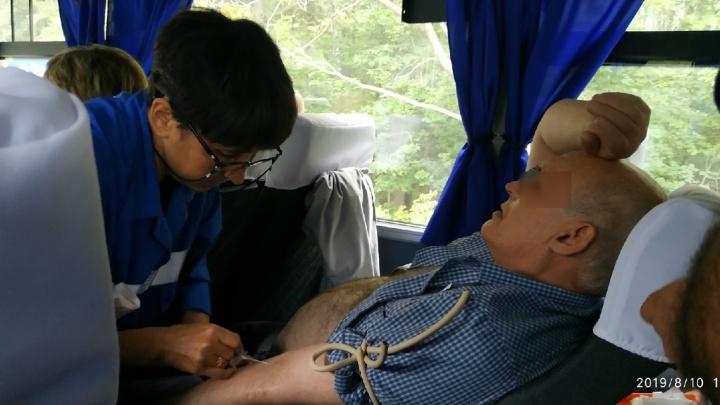 Все из-за духоты: на трассе в Башкирии сняли на видео, как медики спасают мужчину в тесном автобусе