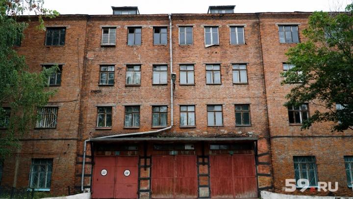 «Жильцы мешают нам работать». В пожарном депо на Смирнова, 1 поселилась семья