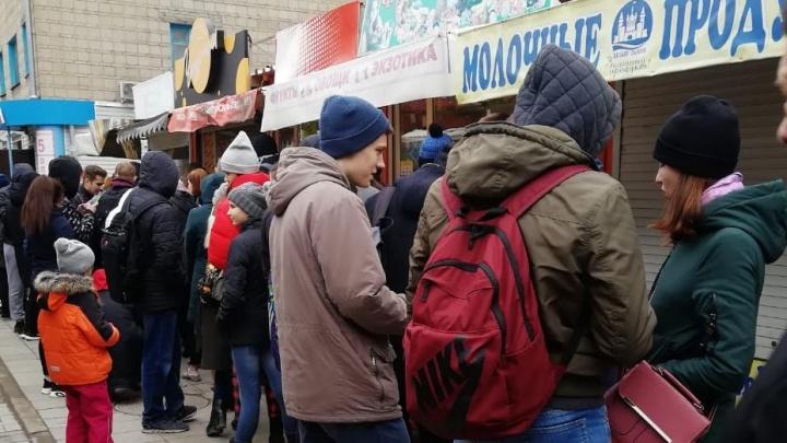 Десятки новосибирцев выстроились в очередь за бесплатными чебуреками на «Студенческой»