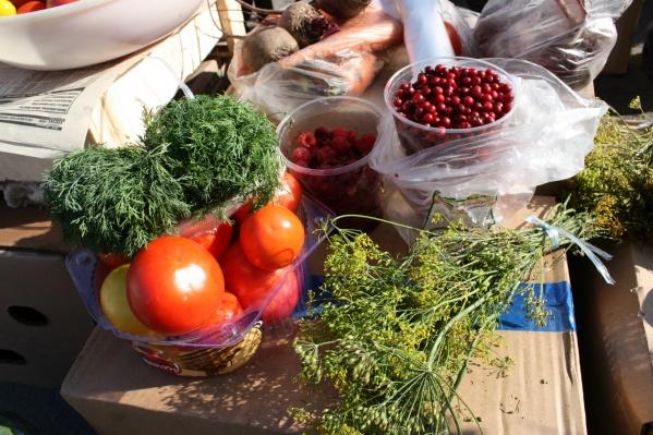 На импровизированных торговых рядах можно найти всё — от свежей и сочной зелени, сезонных ягод и овощей до соленых грибов