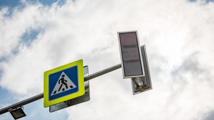 В Дзержинском районе нашли светофор, который по ночам экономит зелёный