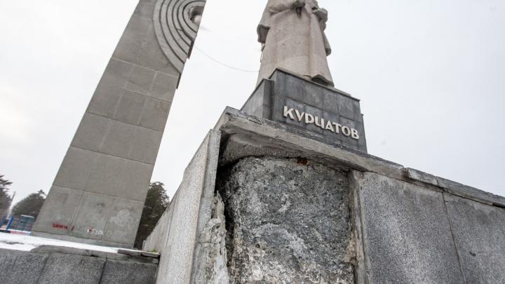 Монументальный бардак: смотрим, как (не) следят за знаковыми местами Челябинска