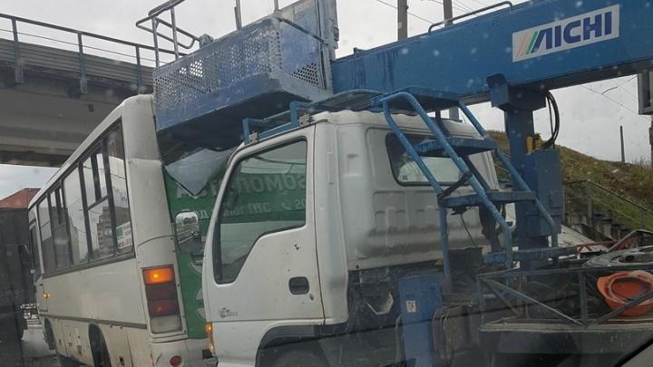 В Ярославле маршрутка с пассажирами столкнулась с двумя грузовиками: пострадали люди