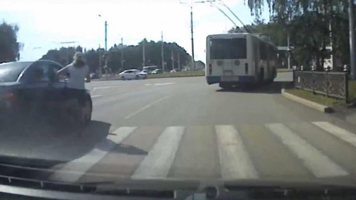 «Господи, помоги, пожалуйста»: в Стерлитамаке сбили девочку на велосипеде, момент попал на видео