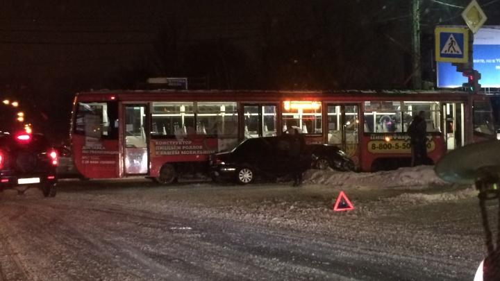 Водитель схватился за голову: в Ярославле трамвай снёс легковушку
