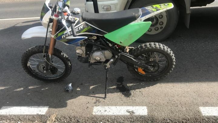 В Перми мотоцикл столкнулся с авторефрижератором. За рулём байка был 15-летний парень
