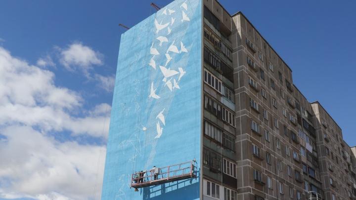 Вместо мемориала — оригами: разрушенный взрывом дом в Магнитогорске разрисуют граффити