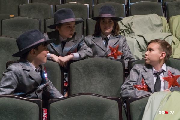 Октябрята. Каждая звездочка на костюмах — с лампочкой, на сцене ребята их включают