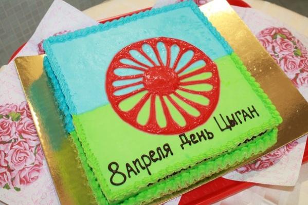 По словам Катерины Ширкуновой, зелёный цвет на флаге символизирует поле, голубой — небо. А красный цвет колеса— это цвет праздника, потому что цыгане сами по себе народ-праздник