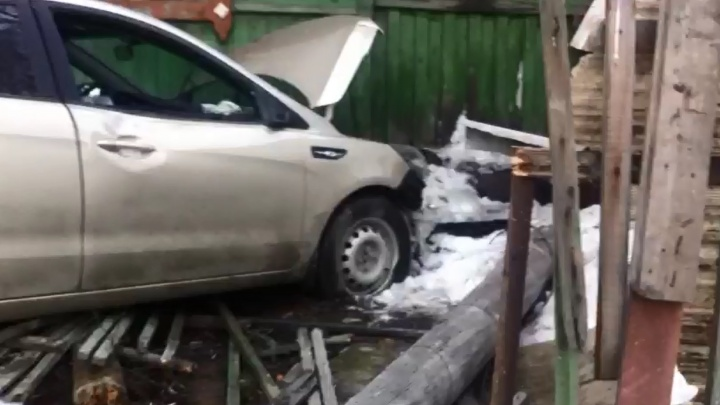 Самый невезучий: на Шаумяна — Амундсена легковушка врезалась в частный дом