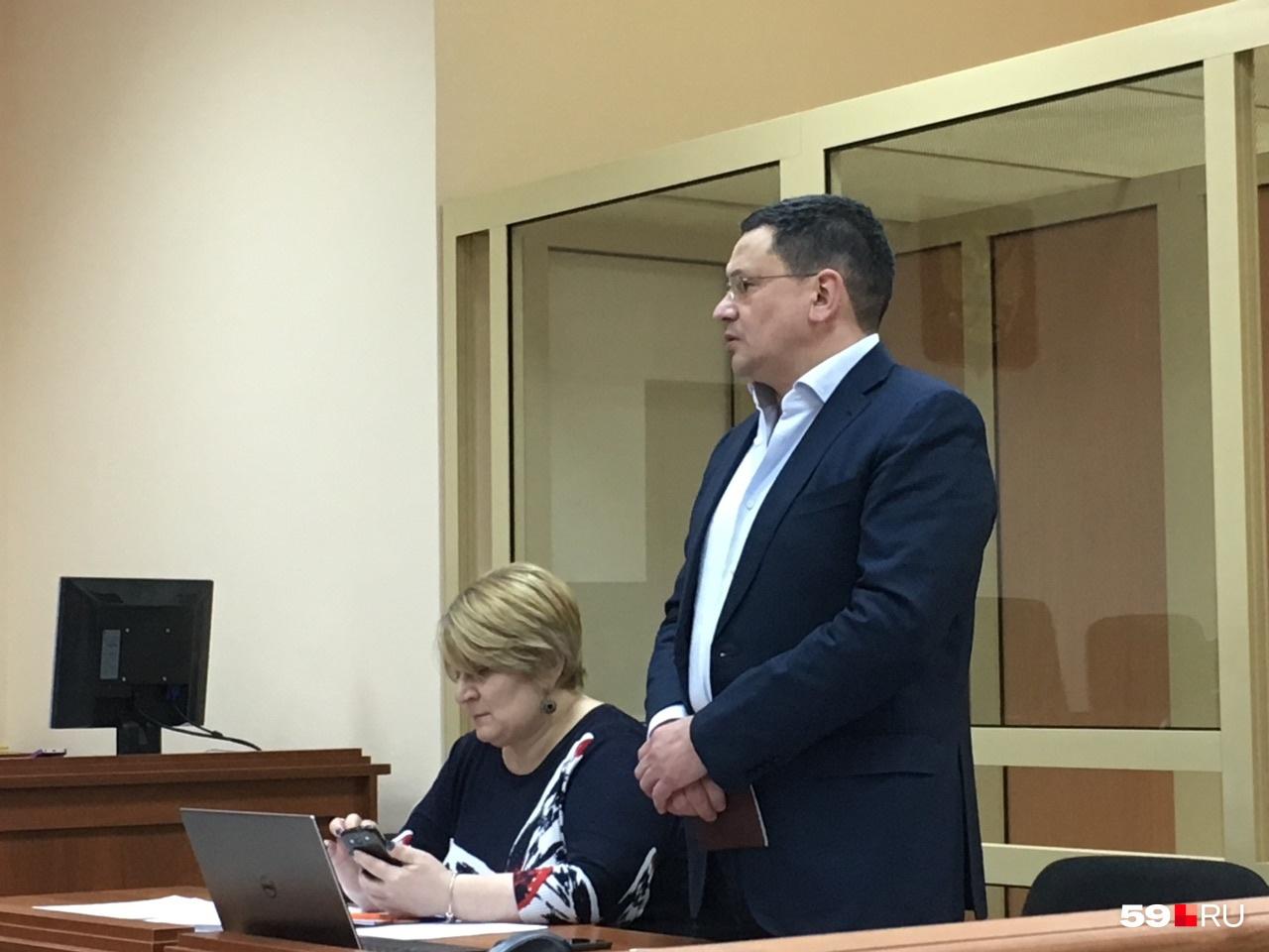 Экс-министр обвиняется в получении крупной взятки и превышении должностных полномочий