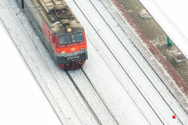 Специалисты выясняют, почему вагон сошел с рельсов