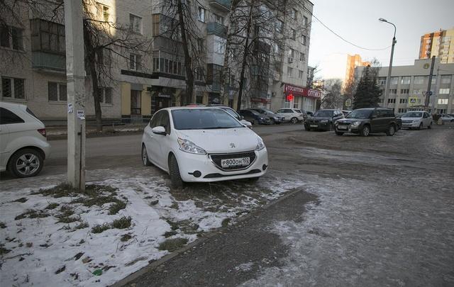 «Я паркуюсь как ...»: уфимские автохамы закрывают проход инвалидам и переходы возле школ