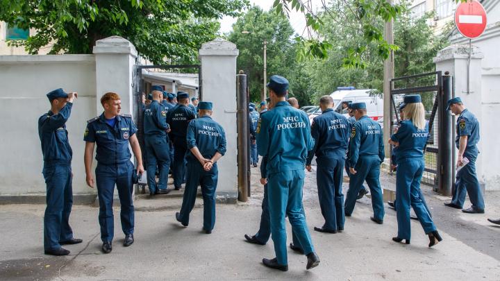 «Происходящее — военная тайна»: в центре Волгограда спасатели осмотрели областную больницу