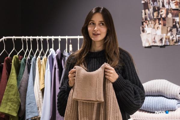 Анастасия Хандоженко и сама с удовольствием носит одежду, которую придумывает и создает. Здесь на ней шерстяной свитер из зимней коллекции 2019–2020