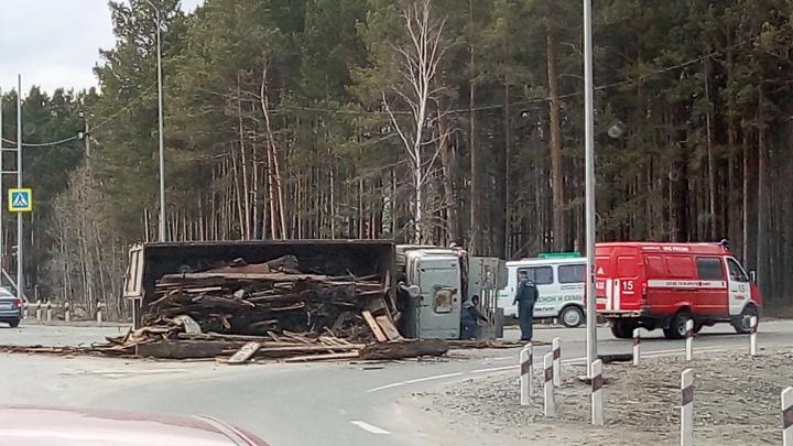 Недалеко от ТЭЦ-2 на перекрестке упал на бок грузовик с досками