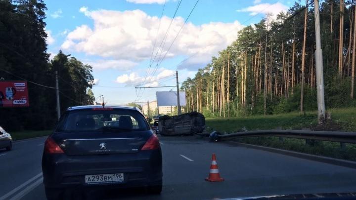 На Амундсена Volkswagen протаранил дорожное ограждение и перевернулся