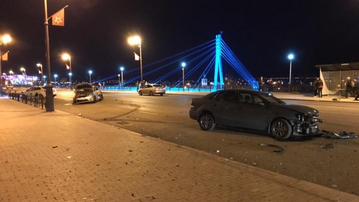 Один гнал, другой выезжал с парковки: у моста Влюбленных столкнулись три иномарки