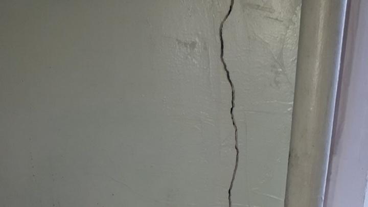 В Дзержинске закрыли крыло средней школы №35 из-за разрушающейся стены