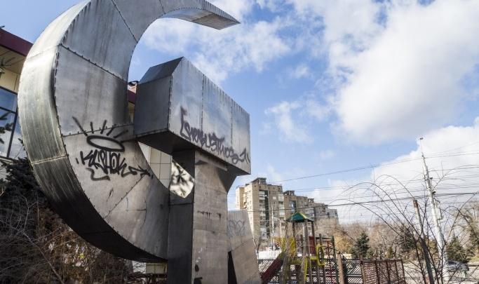 «Потеряли — делайте новый!»: депутат гордумы требует от мэрии вернуть скульптуру «Серп и молот»