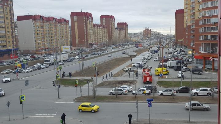 Из задымлённой машины вытащили ребёнка: на парковке у жилого дома на Пермякова горела «Волга»