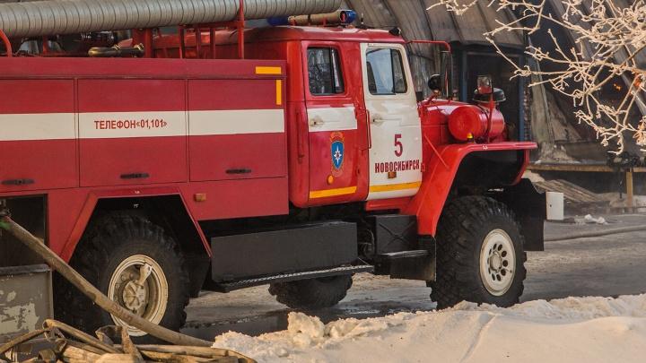 Эвакуировались 70 человек: в Новосибирске загорелся малярный цех на авторемонтном заводе