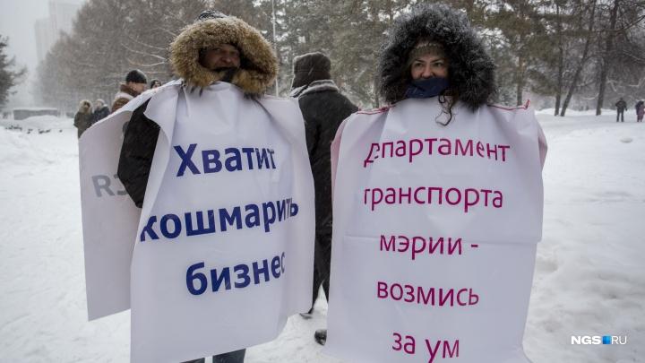 «Учи матчасть»: 10 фото с протестного митинга в Нарымском сквере