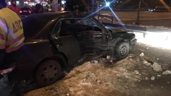 «Тойота» отлетела в ограждение после удара о «Вольво» на Ипподромской