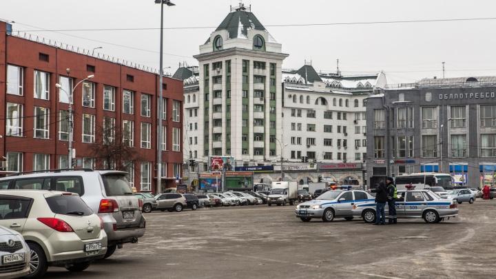 На площади Ленина разрешили ночную парковку — всё благодаря новогоднему городку