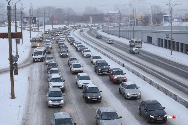 По прогнозу синоптиков, снег возможен, но пролежит на улицах города он недолго